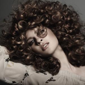 Кудрявые волосы с помощью биозавивки