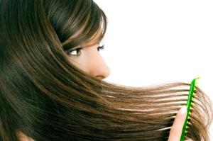 Фото: девушка расчесывает длинные волосы