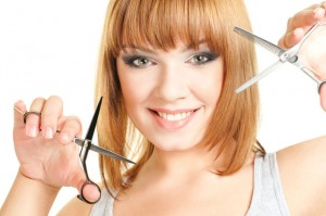 Фото: блондинка с ножницами