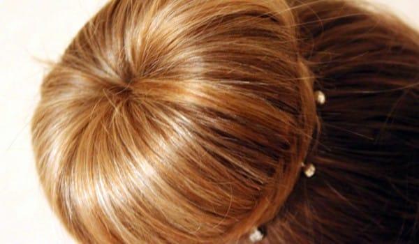 Аккуратный пучок из волос на основе бублика