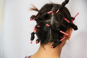 накрутить волосы на соломинку для сока