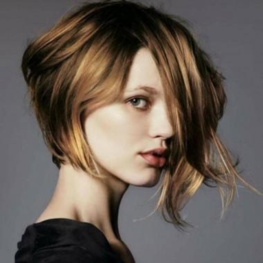 волнистые волосы с ассиметричным бобом