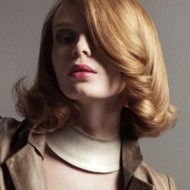 косая челка на волнистых волосах