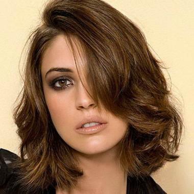 удлиненное каре с косым пробором для волнистых волос