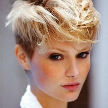 боб на вьющихся волосах с выбритыми висками