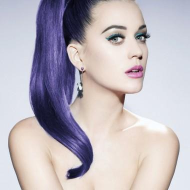 смелое сочетание фиолетового оттенка волос с голубыми глазами