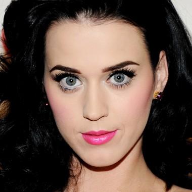 иссиня-черные волосы с голубыми глазами