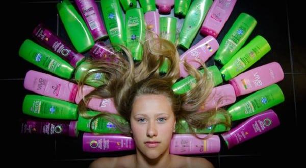 Фотография шампуней и девушки