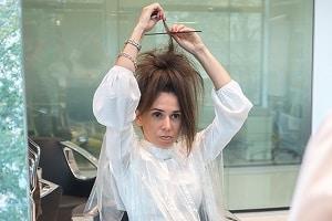 Девушка делает начес на волосы