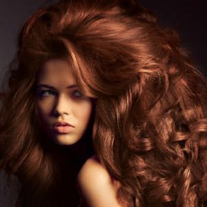 Девушка с волосами цвета шоколада
